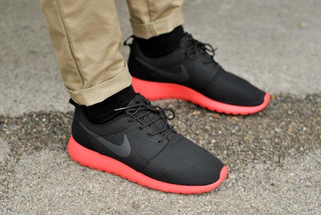 Nike Roshe Run Noire Semelle Rouge