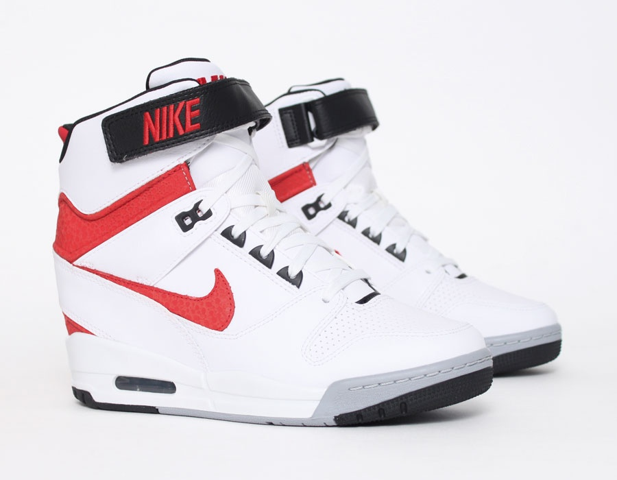 chaussures de séparation 6a410 a1e4e Nike Air Revolution Sky Hi - Disponible - Sneakers.fr
