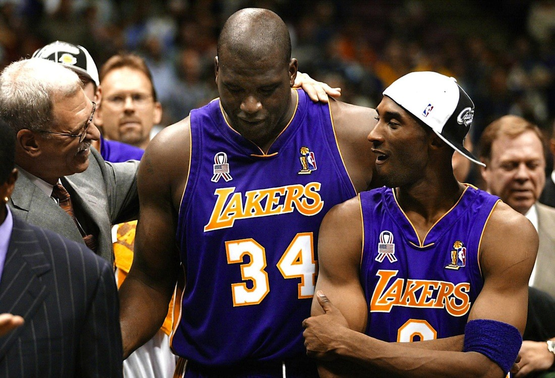 Los Angeles Lakers' head coach Phil Jackson (L) ce