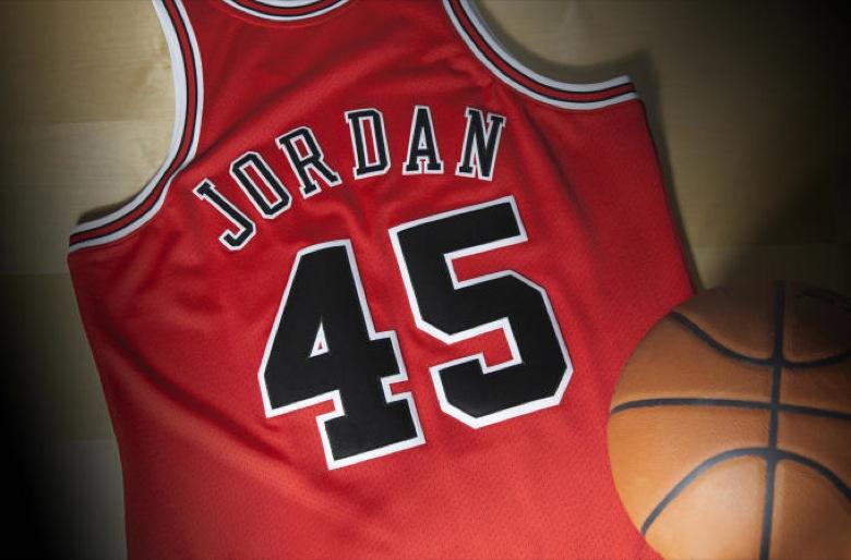 revendeur 1f0f1 a1dd2 Le retour du maillot de Michael Jordan avec le numéro 45 ...