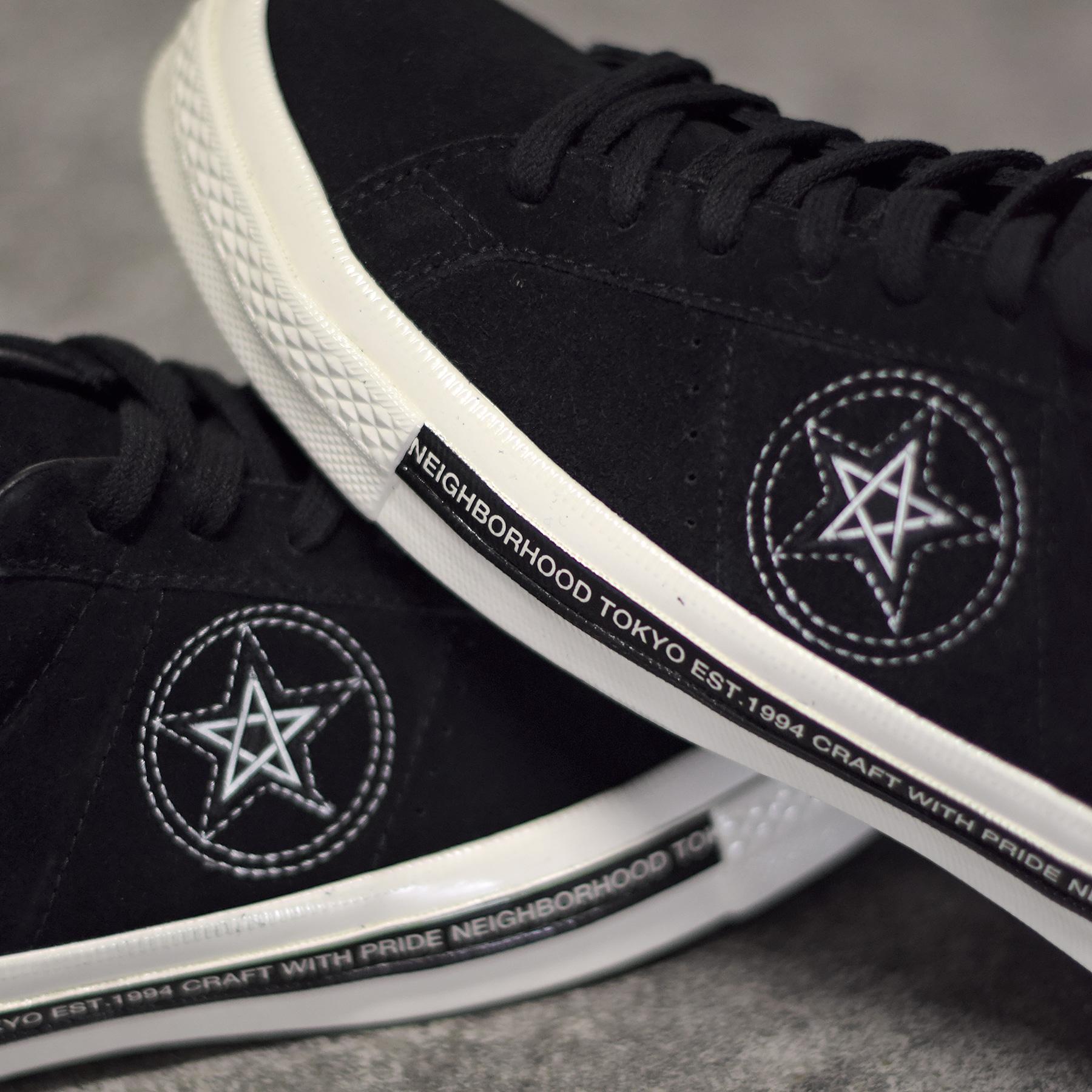 735f725b1c01 La marque japonaise propose une paire de sneakers qui colle parfaitement à  son positionnement. On retrouve une empeigne en cuir suédé noir