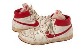 Une paire portée en 1984 par Jordan aux enchères